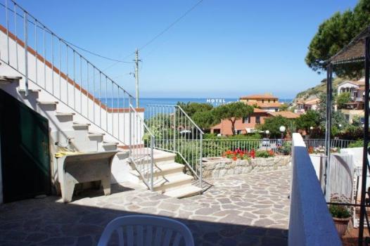terrazza anteriore con vista mare