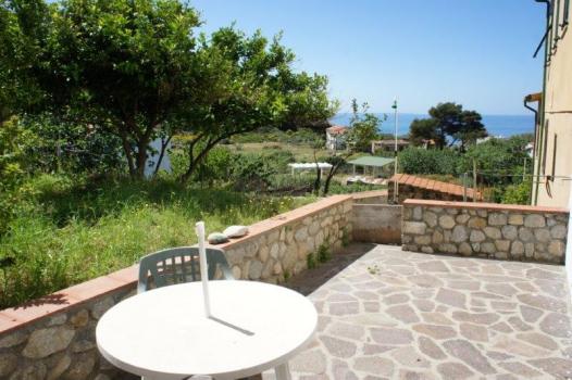 terrazzo sul verde con vista mare