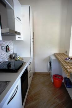 cucina con lavatrice e lavastoviglie a