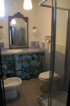 bagno con doccia 1° piano-4