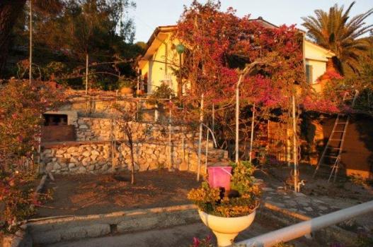10 Giardino e casa al tramonto