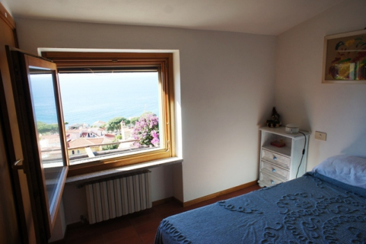 camera da letto 2 con finestra vista mare