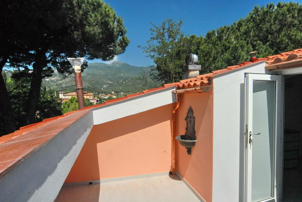 Haus Jade Sehr freundliche, 2013 geschmackvoll renovierte Wohnung mit 2 Balkons, 3 Schlafzimmern, 2 Baedern, Wohnkueche in Marina di Campo, beliebtester Badeort Elbas, nur 300m vom Meer. Ideal auch als Geldanlage!