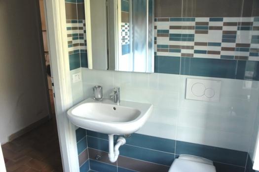 bagno lavandino e porta