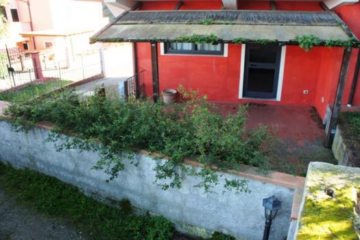 terrazzo pianterreno con giardino laterale