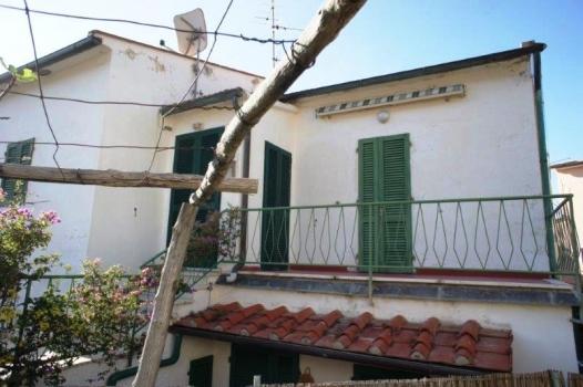 Casa La Terrazza sul Mare; retro con balcone