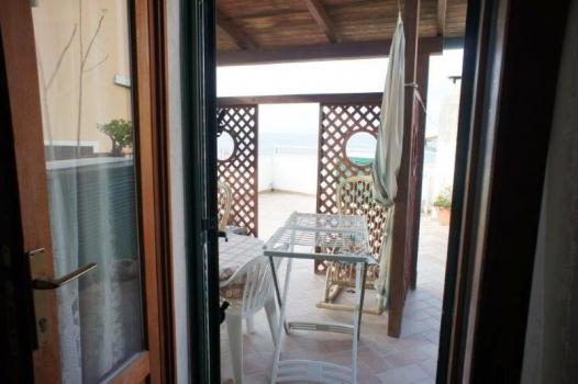 camera 1 porta sul terrazzo