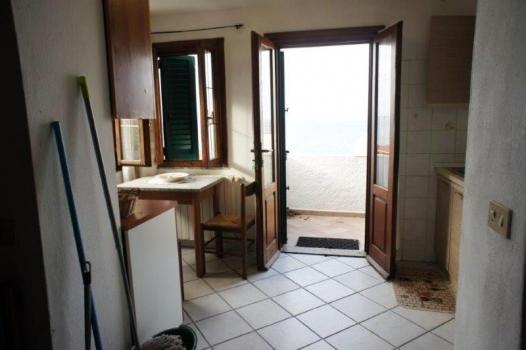 cucina con porta sul terrazzo