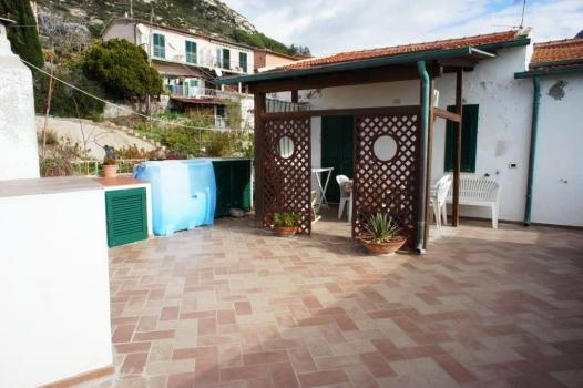 terrazzo con pergola e lavatrice, bombolone acqua e gas