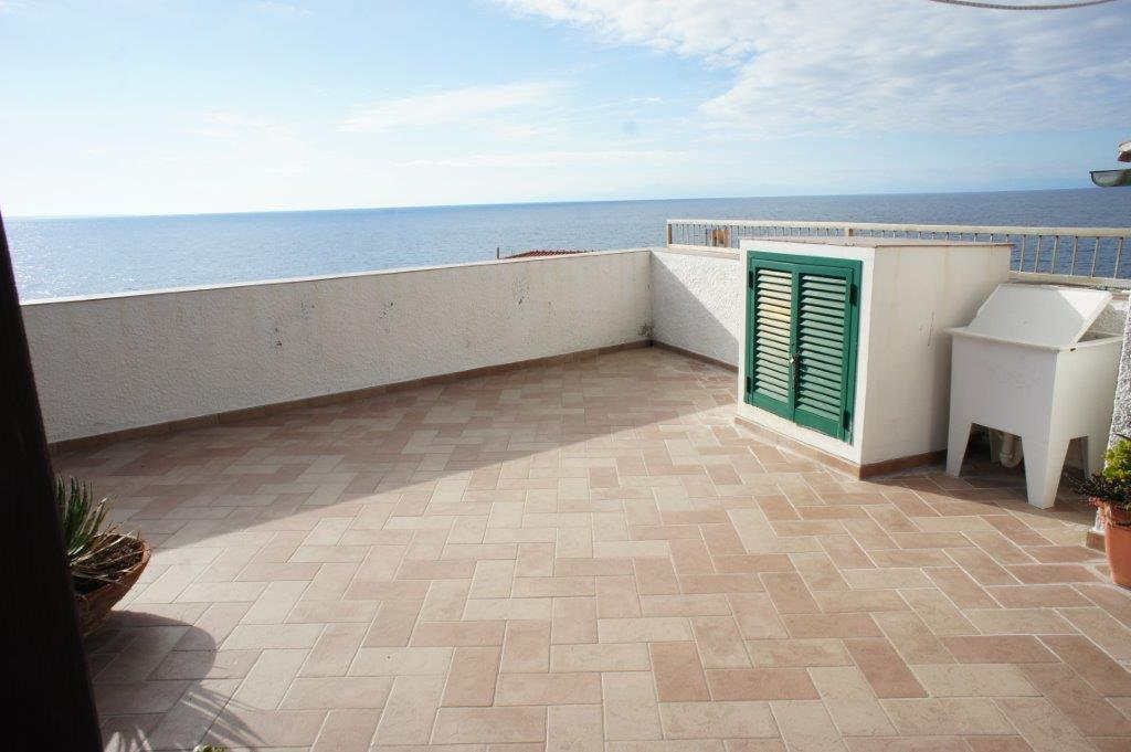 Casa la Terrazza sul mare This property with 3 bedrooms, big living room, kitchen and 2 balnies in the heart of the ancient POMONTE has a unrepeatable locatio: on the sea rocks with view 360° on the sea from the big balcony!