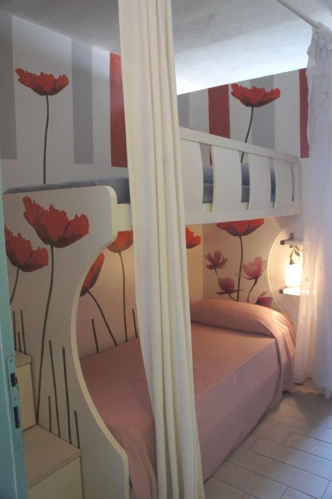 Casa Ambra Comfortevole bilocale a soli 300m dalla spiaggia di Marina di Campo. Da poco ristrutturato con 2 bagni con doccia, 4/6 posti letto, aria condizionata, parcheggio, wifi.