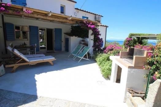 Casa La Forana Dieses wunderschöne Ferienhaus nur 3 Min. vom Strand in CHIESSI wurde erst kürzlich kernsaniert und liebevoll mit viel Geschmack eingerichtet. 4 Betten, Klimaanlage, Parkplatz, WiFi.