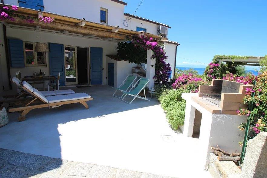 Casa La Forana In uno degli angoli più suggestivi dell'Isola d'Elba, questa casa in stile mediterraneo offre il massimo comfort in un ambiente autentico e genuino. 4 posti letto, due bagni, due terrazzi, aria condizionata, WiFi, parcehggio, 100m dal mare.
