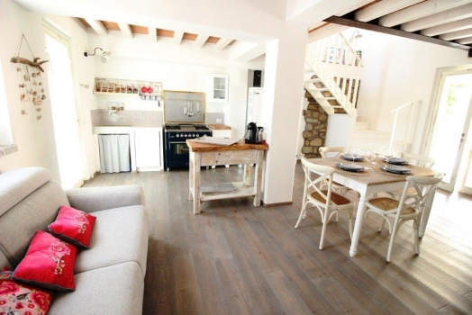 salotto e cucina e porta terrazzo - Wohnraum mit Küchenzeile und Terrassentür