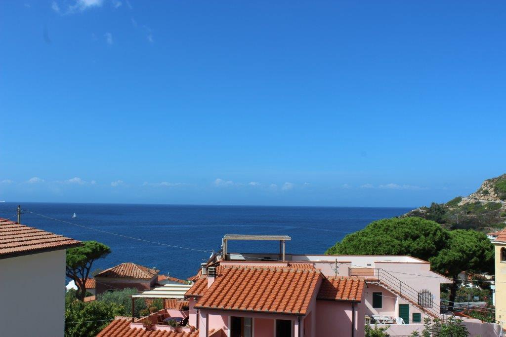 Casa Sofia trilo 100m dal mare, nel piccolo borgo di CHIESSI, sulla costa del sole, curato trilocale con parcheggio privato, WiFI, aria condizionata, lavatrice e grande terrazza, vista mare, 4 posti letto.
