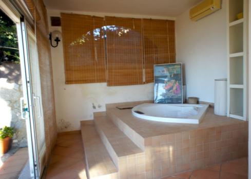 Vasca idromassaggio nel salone al piano terreno