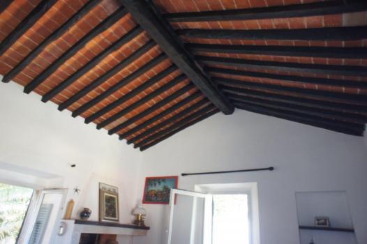 Wohnzimmerdecke aus Balken und Terracottafliesen