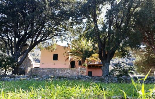 Casa Egle con prato verde