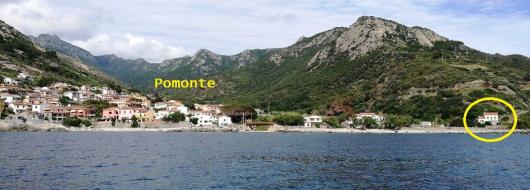 Pomonte visto dal mare con il Quartiere a destra a