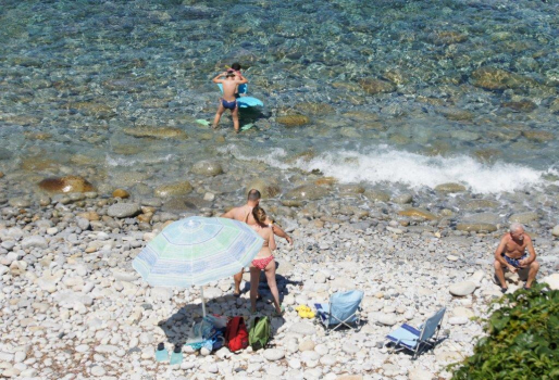 spiaggia Pomonte con ciottoli di granito bianco