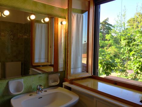 bagno-specchio lavabo e finestra