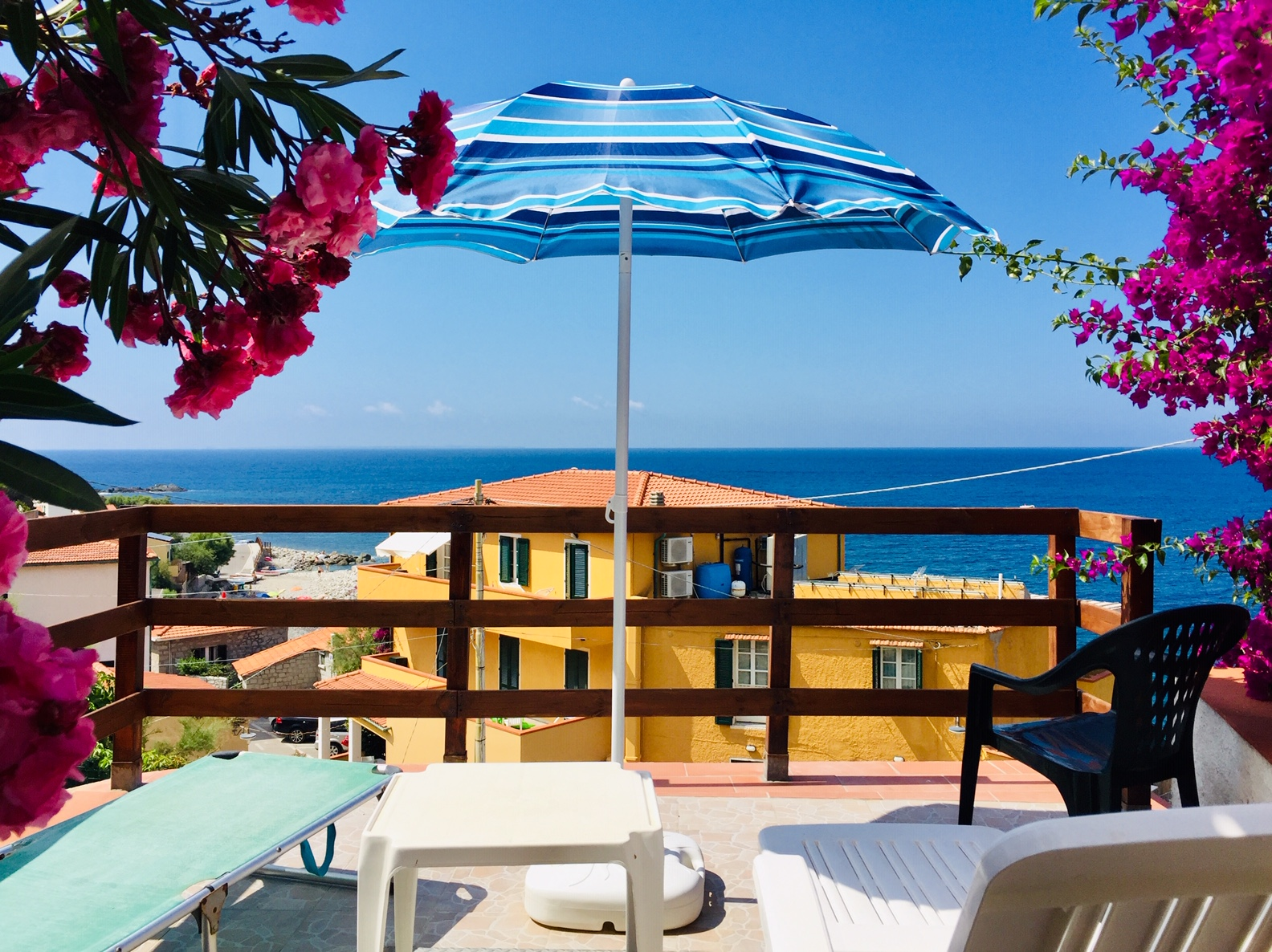 The cliff apartment A few paces fromt the beach on the cliffs from POMONTE with spectaculary view on the sea. Sleeps 4. 3 terraces with sea view!