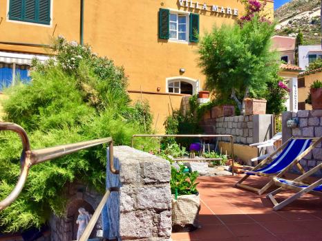 terrazzo superiore-angolo orto-vista verso villa mare