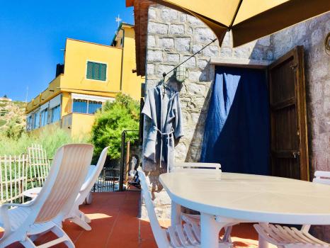 terrazzo-zona living-porta verso la cucina