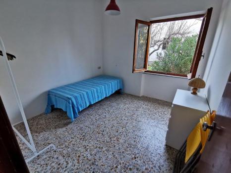 camera da letto no. 1 con vista sul retro (3)