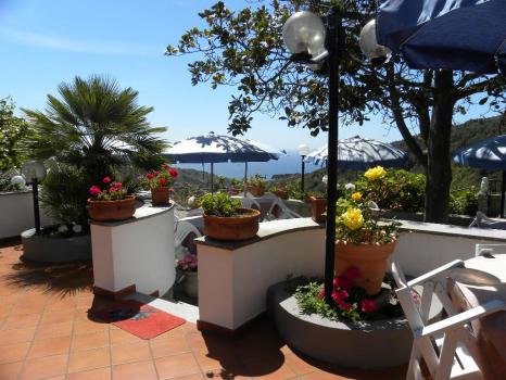 terrazza panoramica con tavoli e ombrelloni (13)