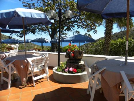 terrazza panoramica con tavoli e ombrelloni (4)