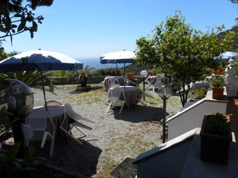 terrazza panoramica con tavoli e ombrelloni (5)
