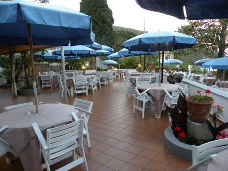 terrazza panoramica con tavoli e ombrelloni (6)