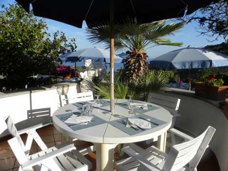terrazza panoramica con tavoli e ombrelloni (7)